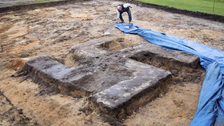 Hallan una esvástica nazi al excavar en un campo de fútbol en Hamburgo