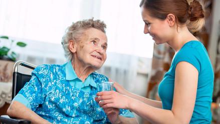 Consejos de seguridad para atender a una persona de la tercera edad en el hogar