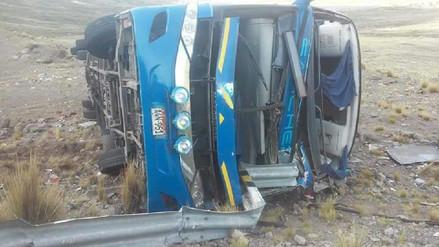 Al menos seis muertos y 43 heridos dejó despiste y vuelco de bus