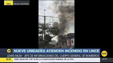 Nueve unidades de bomberos atienden un incendio en Lince