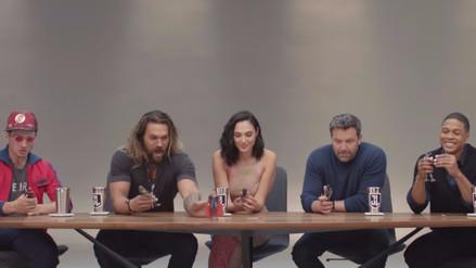 'Justice League': Elenco se divierte al conocer sus figuras de acción