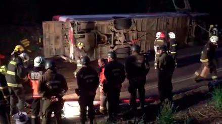 Al menos 11 muertos tras volcadura de un bus turístico en Chile