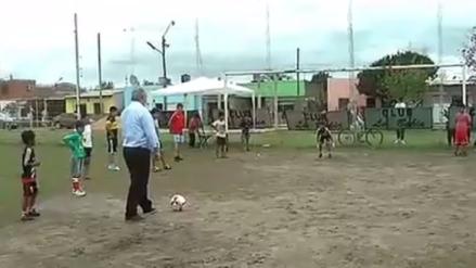 Video | Gobernador argentino protagoniza divertido blooper tras atajar penal