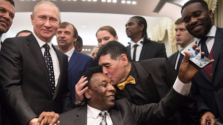 El beso de Diego Maradona a Pelé que ha impactado al mundo