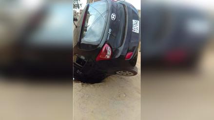 Trujillo: camioneta queda con las llantas hacia arriba tras caer en forado