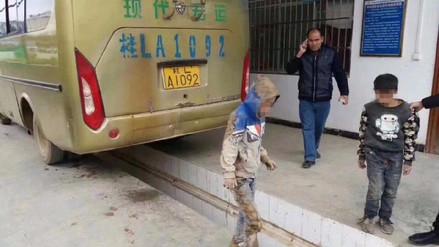 Dos niños 'dejados atrás' viajaban ocultos en un bus para ver a sus padres