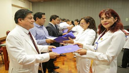 Trabajadores del hospital regional reciben resoluciones de nombramiento