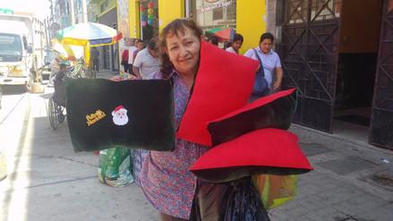 Katiuska del Castillo y su madre esperan vender mil peluches para pagar reparación civil