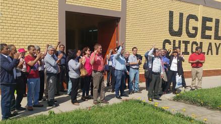 Docentes protestan exigiendo devolución de sueldos descontados por huelga