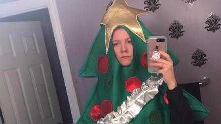 Video | Perdió un reto en Twitter y fue a universidad vestida de árbol de Navidad