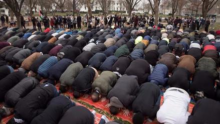 Más de 200 musulmanes protestaron con una oración frente a la Casa Blanca