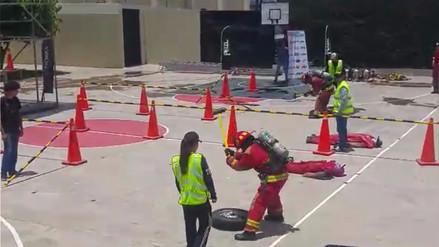 Bomberos demuestran sus habilidades para apagar incendios