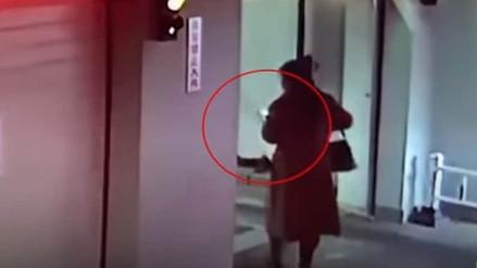 Una mujer fue atropellada en un garaje por no dejar de mirar el celular