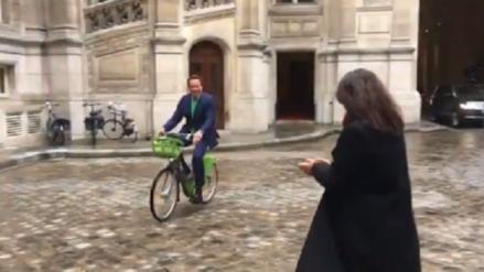 Video | 'Terminator' llegó en bicicleta a cumbre de París