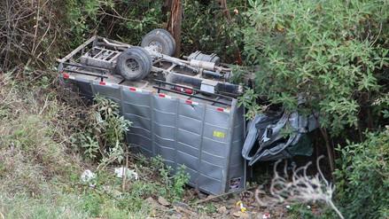 Hombres resultan ilesos tras caer su vehículo a un profundo abismo