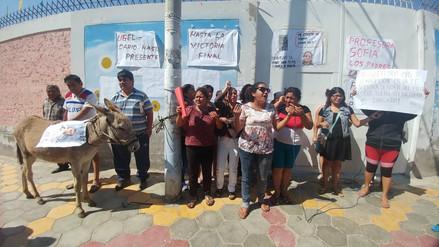 Padres protestan con burro pidiendo salida de directora de colegio