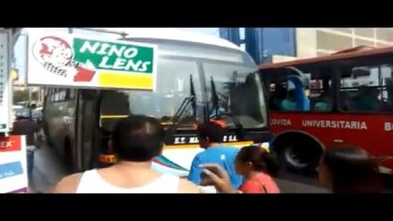 Conductores de buses se suben a las veredas y ponen en peligro vidas y locales