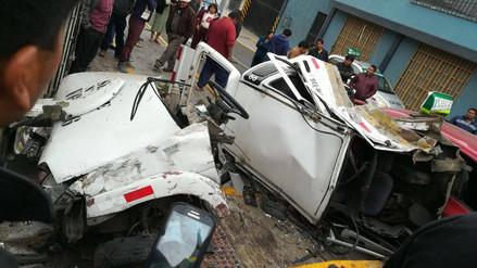 Un muerto y tres heridos dejó choque de autos en Paucarpata