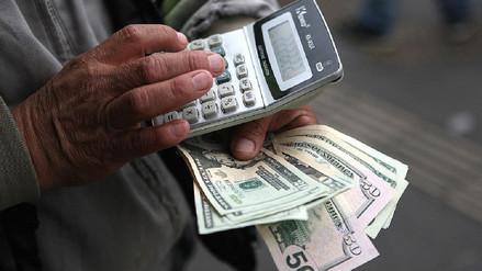 Dólar cae a media sesión de hoy viernes tras el no a la vacancia presidencial