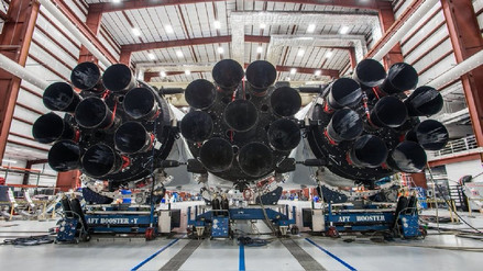 Elon Musk muestra el asombroso cohete Falcon Heavy de SpaceX