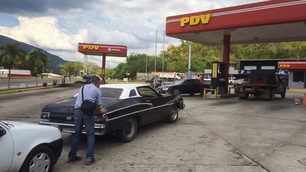 Las colas por la escasez de gasolina continúan en Venezuela