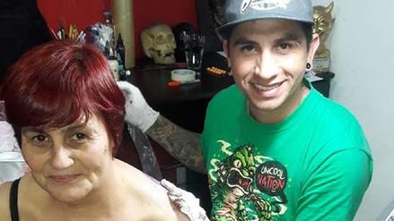 Mujer de 54 años se tatuó el rostro de Messi en la espalda