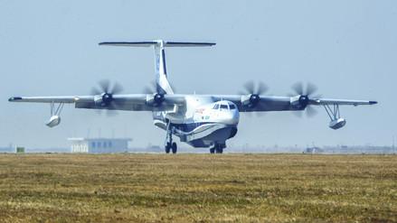 El avión anfibio más grande del mundo hizo su vuelo inaugural en China