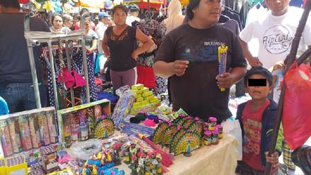 Comerciantes venden pirotécnicos junto a sus menores hijos