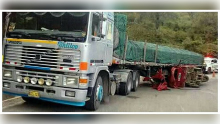 Un muerto y cinco heridos en choque de moto carguera con tráiler