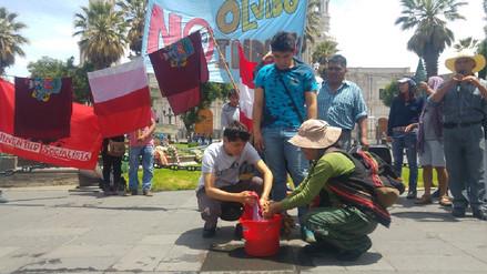 Con lavado de bandera arequipeños rechazan indulto a Alberto Fujimori