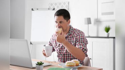 Los peligros de comer frente a la computadora