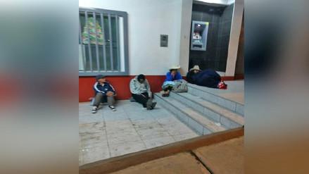 Pensión 65: Ancianos hacen cola en el suelo en horas de la noche en Áncash