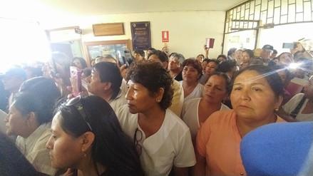 Trabajadores de Salud protestan exigiendo entrega de canasta y pago de bonos