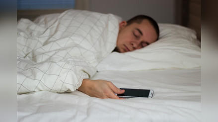 ¿Por qué puede ser peligroso dormir cerca a tu celular?