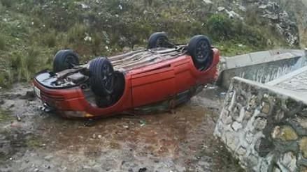 Integrantes de una familia se salvan de morir tras despiste del auto en Tarma