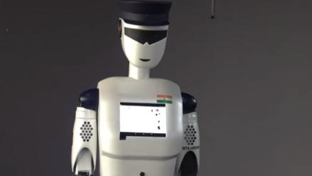 Presentan el primer robot policía del mundo en la India