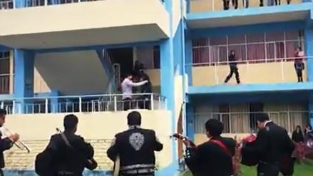 Joven lleva mariachis a exenamorada y no logra su perdón