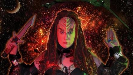 Jennifer Usellis, la única mujer que canta éxitos musicales en idioma klingon