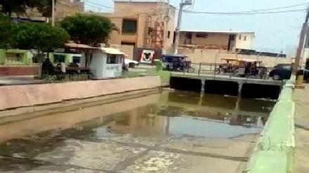 Aguas de desagüe de buzón colapsado discurren a la bahía de Paita