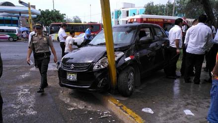 Trujillo: choque deja cuatro heridos y poste caído en avenida América Norte