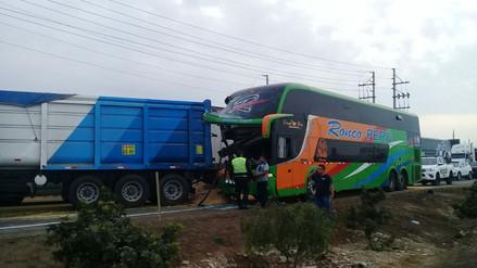 Choque entre bus y tráiler en la Panamericana Sur dejó al menos 8 heridos