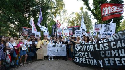 Cientos protestan contra prisión domiciliaria a torturador de la dictadura argentina