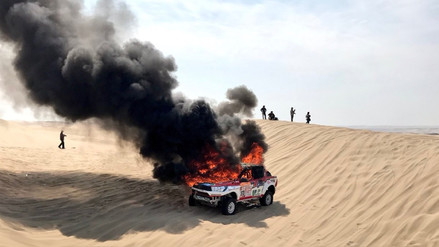 La camioneta de la piloto argentina Alicia Reina se incendió en pleno desierto