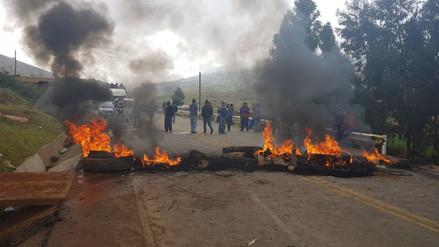 Policías y agricultores se enfrentan en carretera Huancayo -  Huancavelica