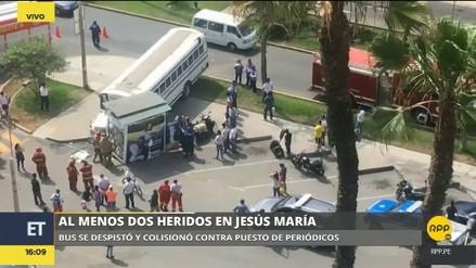 Bus choca violentamente contra puesto de revistas en Jesús María
