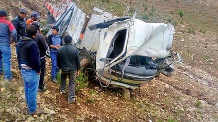 Despiste y vuelco de camión dejó un muerto y 14 heridos