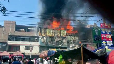 Incendio consume tiendas en galería comercial de Trujillo