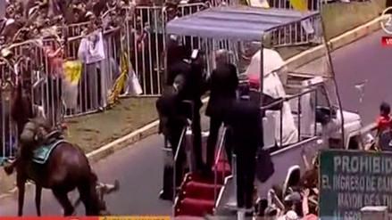 El papa Francisco auxilió a una carabinera que cayó de su caballo