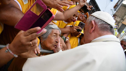 Papa Francisco a anciana invidente: