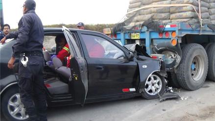 Dos personas heridas dejó choque de auto contra tráiler